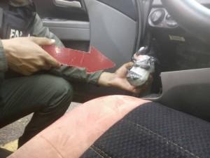 Incautaron dentro del vehículo la presunta droga y el lote de cartuchos