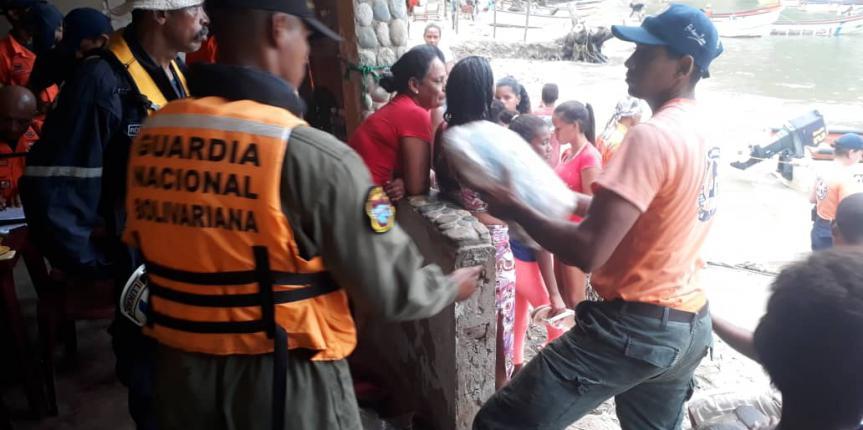 """Comando de Vigilancia Costera en coordinación con la fuerza de tarea humanitaria """"Simón Bolívar"""" y el gobierno del estado Aragua apoya y participa en atención a comunidad afectada por las lluvias de Puerto Maya"""