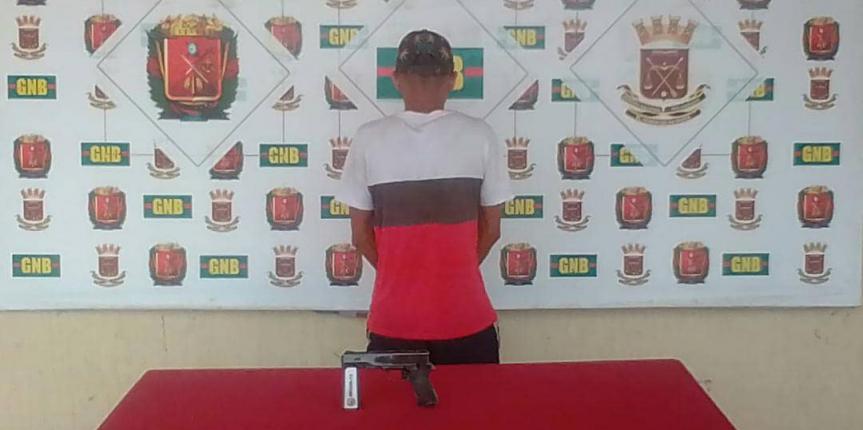 GNB Falcón captura tras persecución a un ciudadano armado en el Centro de Punto Fijo