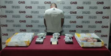 GNB detiene a ciudadano colombiano que llevaba oculto 3 panelas de cocaína en paquetes de pañales