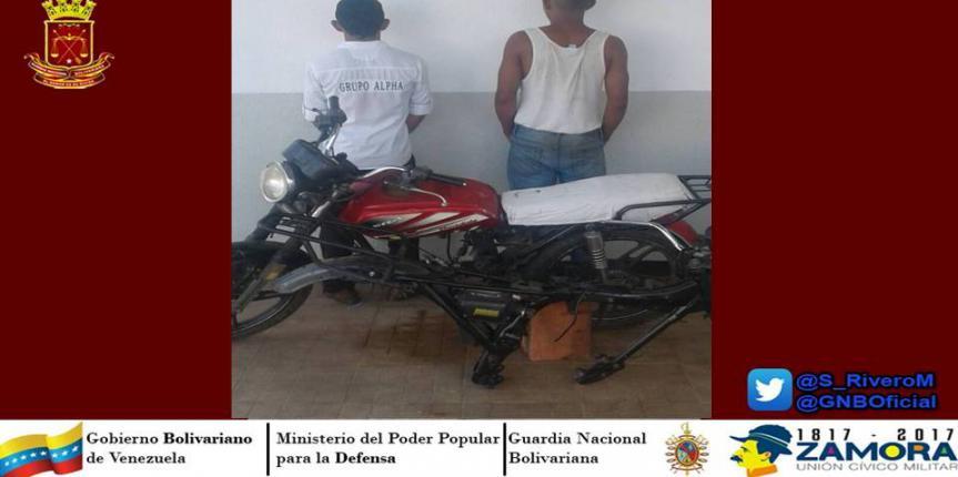 Capturan a dos sujetos  desvalijando moto en Guárico