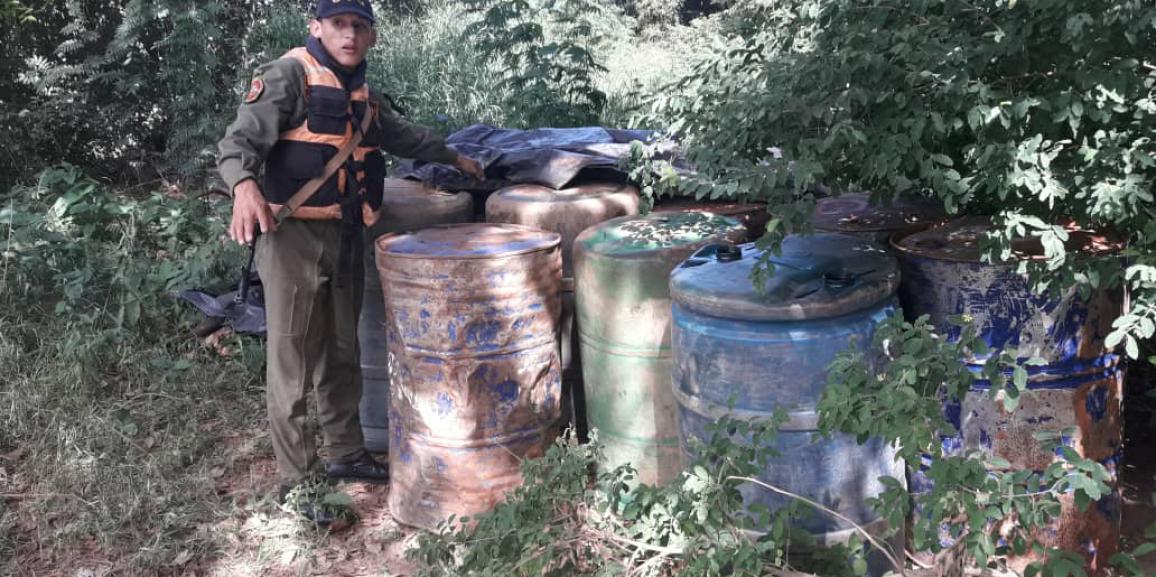 Comando de Vigilancia Costera de la GNB incauta tambores con combustible en estado de abandono
